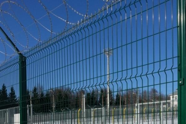 Забор с колючей проволкой